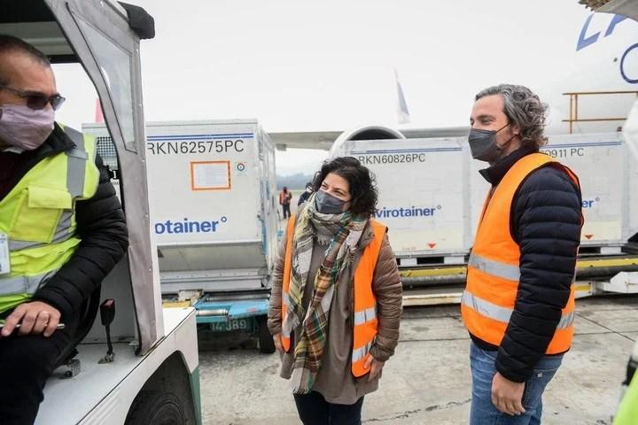 La ministra de Salud, Carla Vizzotti, y el Jefe de Gabinete, Santiago Cafiero, reciben en Ezeiza partidas de vacunas Covid. Foto: Presidencia