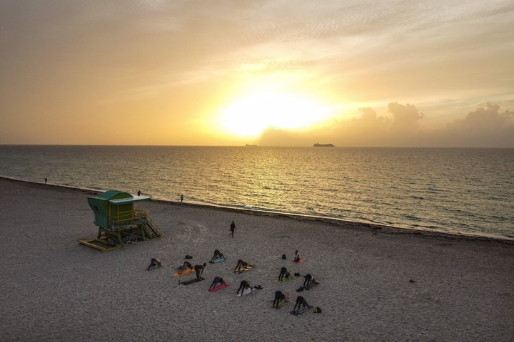 Yoga on the beaches of Miami Beach, Florida-.  Photo CHANDAN KHANNA / AFP)