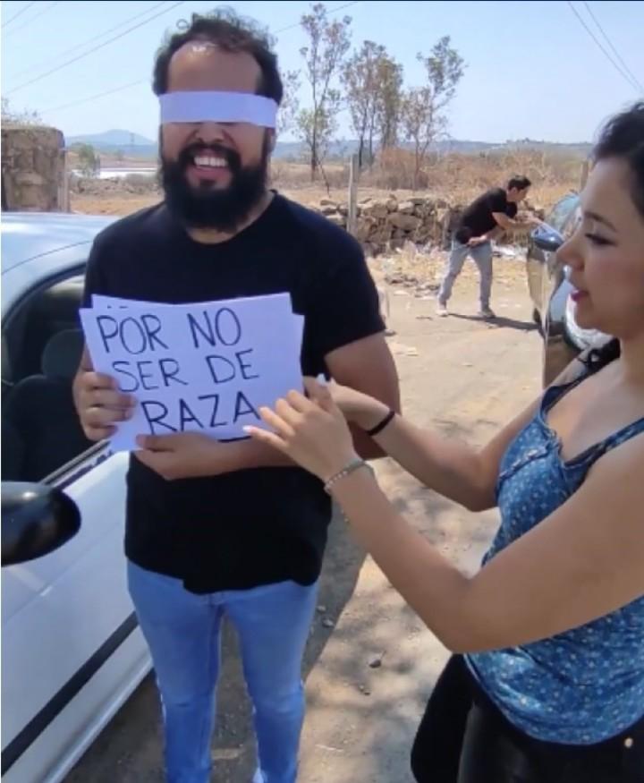 La novia lo tiene con los ojos vendados y comienza la venganza (Captura de video).