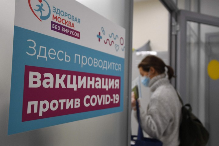 A woman walks into a coronavirus vaccination center in Moscow, in a February image.  Photo: AFP