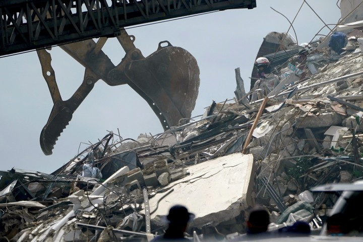 Rescue efforts continued without pause this Friday in the collapsed building in Miami.  Photo: AP