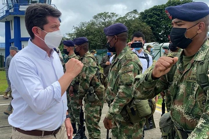 Colombian Defense Minister Diego Molano Aponte, this Saturday, with a group of soldiers, while investigating Friday's attack.  Photo.  EFE