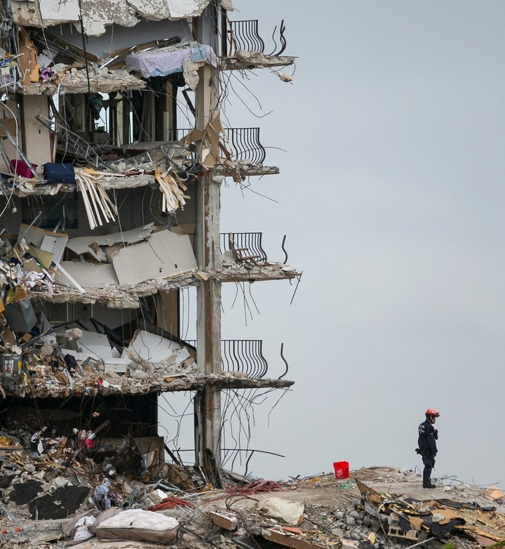 The search for survivors after the collapse in Miami intensifies.  Photo Miami Herald via AP