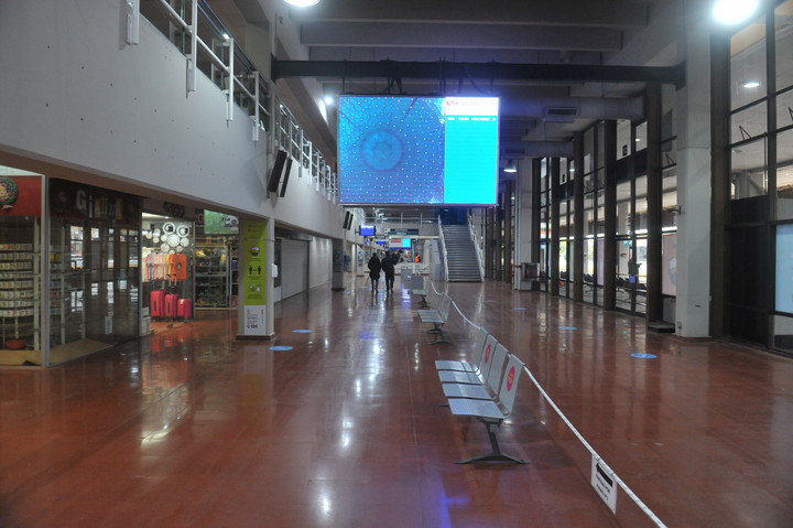 The floors of the epsera rooms and platforms of the Retiro Bus Terminal were polished.  Photo Guillermo Rodríguez Adami