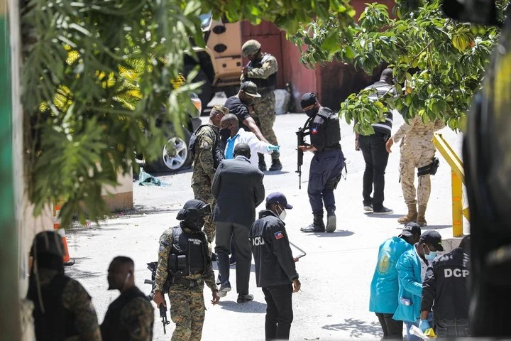 Police and forensic experts search for clues about the crime outside the residence where the president was assassinated.  Photo: AFP