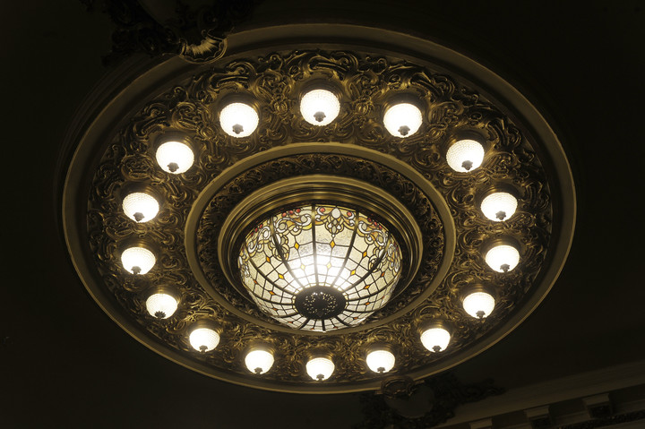 The main chandelier of the Confitería del Molino was also restored with the reopening in mind, scheduled for the first months of 2022. Photo: Juan Manuel Foglia