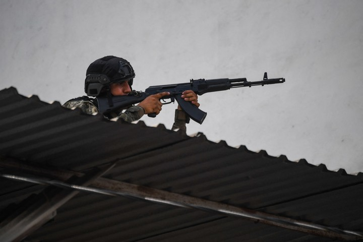 The Cota 905 neighborhood is heavily guarded by Venezuelan police after the bloody shootings this week.  Photo: AFP