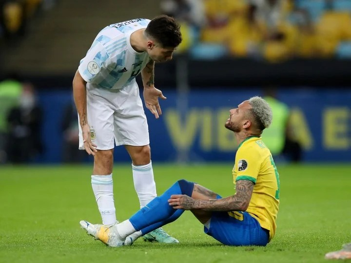 Gonzalo Montiel facing Neymar.