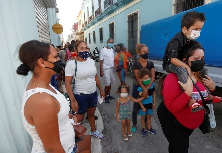 Relatives of detainees gather near a police station in Havana to request information.  Photo: EFE