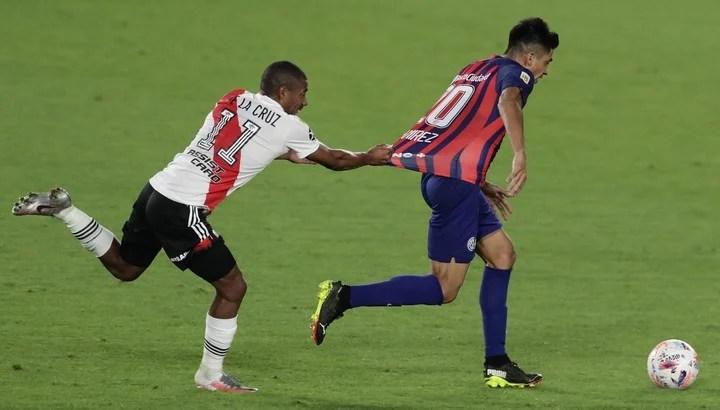 Nicolas De La Cruz takes Juan Ramírez's shirt.  Marcelo Gallardo also asked about Boedo's talented hitch.  Photo: ALEJANDRO PAGNI / AFP.