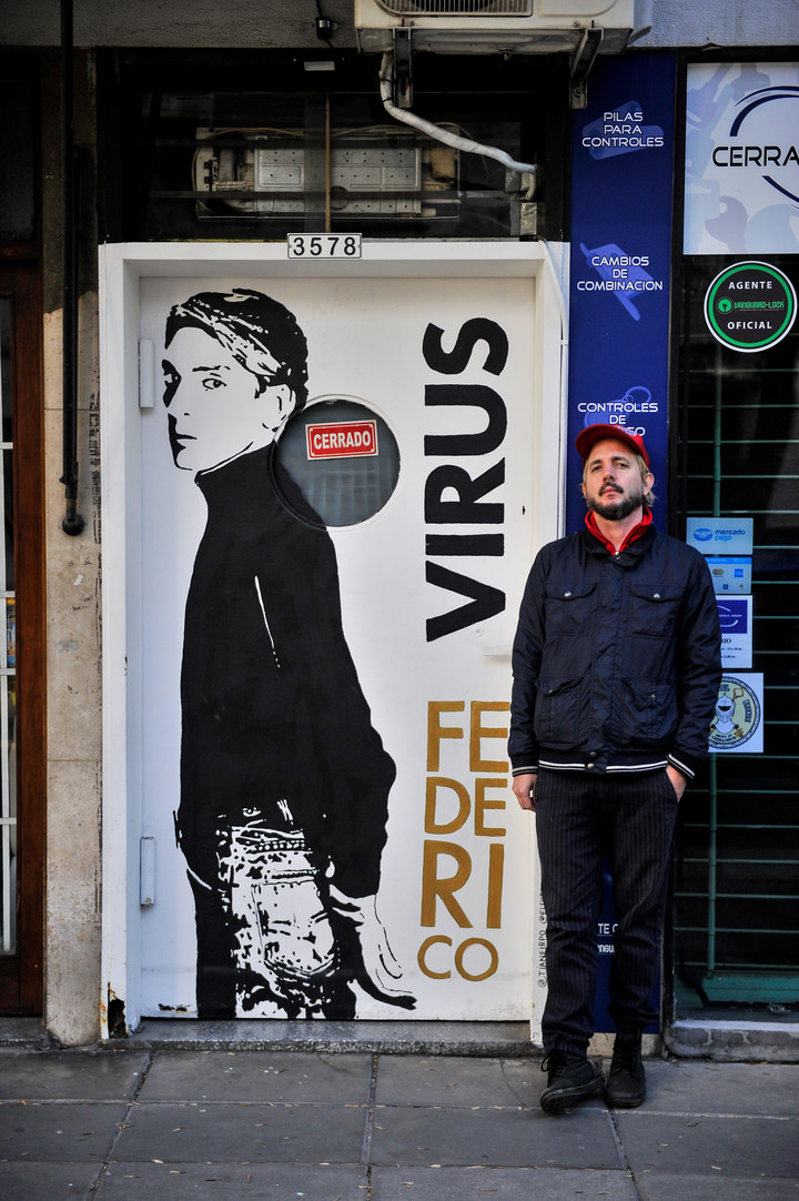 Firpo in front of the mural with which he paid tribute to Virus.  Photo Maxi Failla