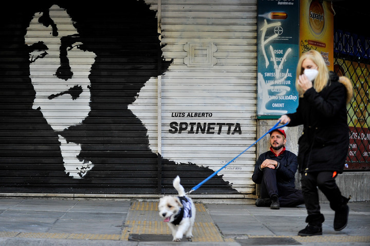 Tian Firpo painted his second mural dedicated to musicians on the blind of a pharmacy.  It is a tribute to Spinetta.  Photo Maxi Failla