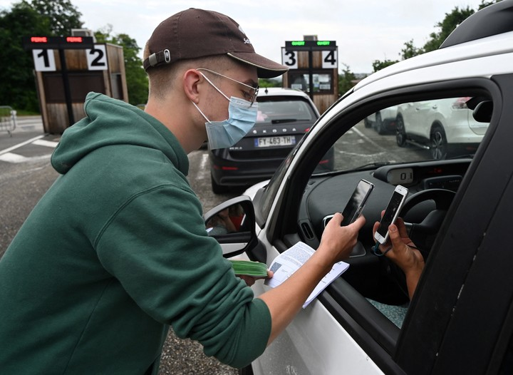 An employee asks a visitor to a Safari de Peaugres national park in central France for a health pass this Wednesday.  Photo: AFP