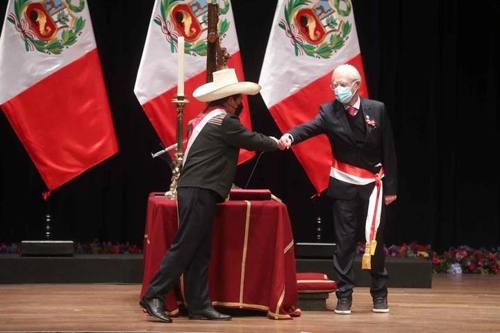 President Pedro Castillo while Foreign Minister Héctor Béjar is sworn in.  Photo EFE