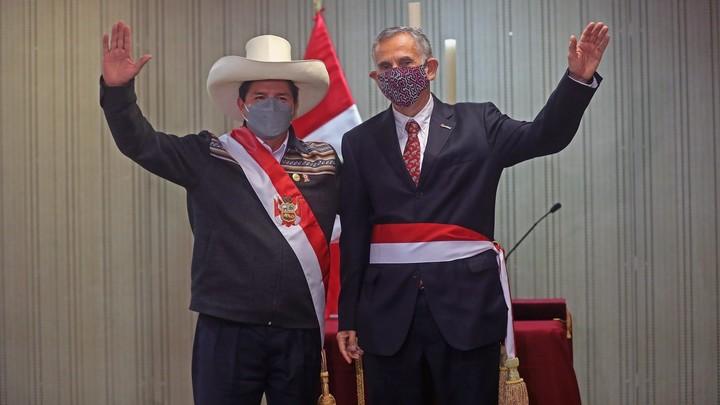 The president of Peru, Pedro Castillo, and the new Minister of Economy, Pedro Francke.  Photo DPA