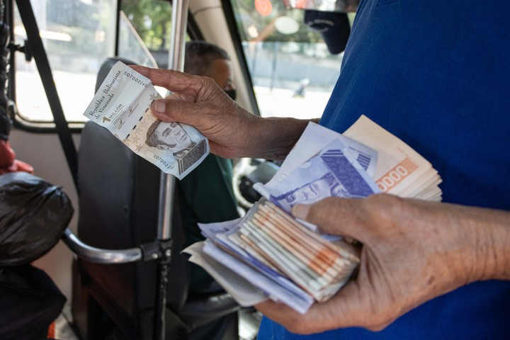 A person holds several bills, including one for a million bolívares, in Caracas.  Photo: EFE
