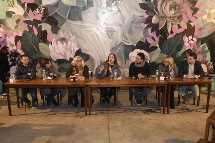Elisa Carrió, on a tour of Caballito with María Eugenia Vidal.  Photo Twitter Carrió