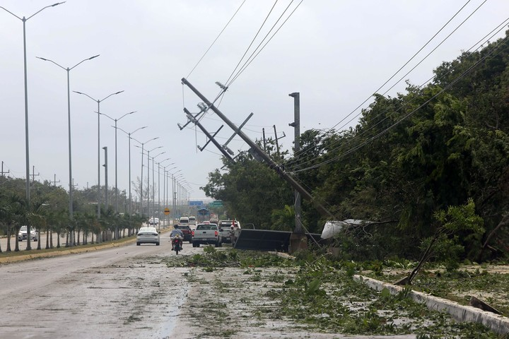 Light poles downed during Hurricane Grace.  Photo EFE