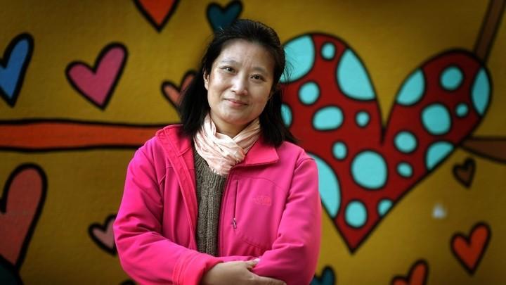 She is a psychiatrist, and works accompanying as a medical translator.  Photo: Telam