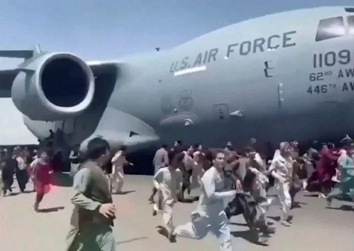 The shocking image of hundreds of desperate Afghans trying to get on a US Air Force plane on August 16, the day after the Taliban took power.  Photo: AP