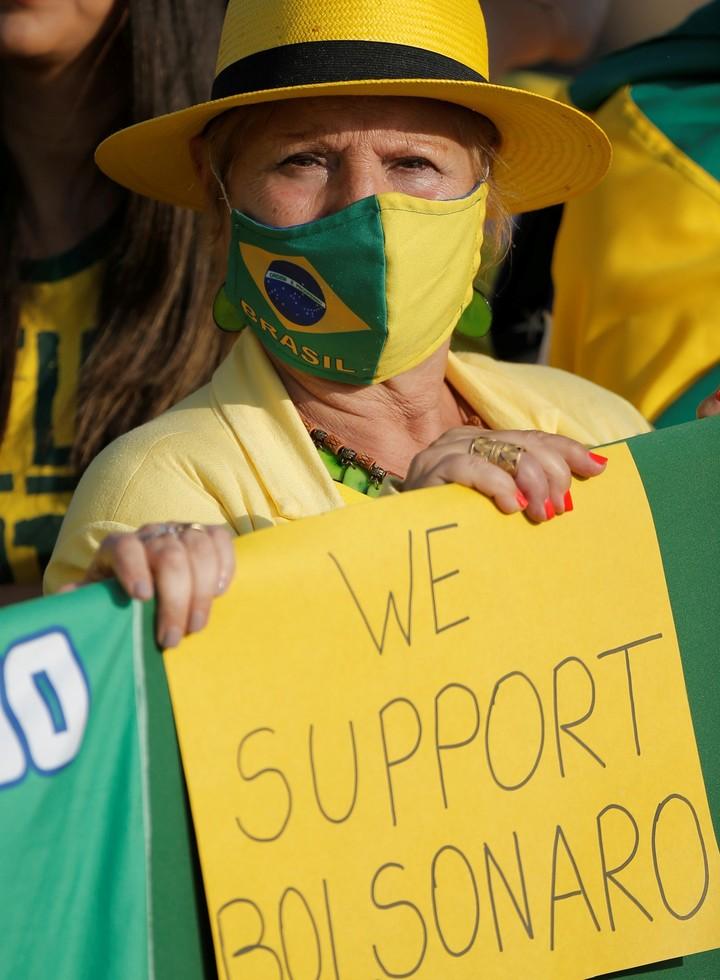 """""""Apoyamos a Bolsonaro"""". Una mujer a favor del presidente en Brasilia. Foto: Reuters"""
