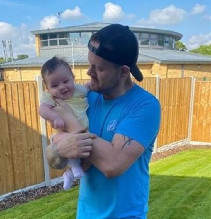 Richard fueron disfruta de la bebé. Afirma que lo confunden con el padre..