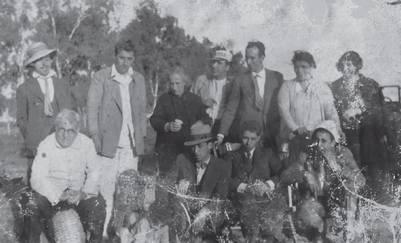Parte de la numerosa familia Salas Subirat en una excursión campestre. De pie, segundo desde la izquierda, está José Salas Subirat. Junto a él, de negro, su madre, Florentina Subirat. José padre está sentado, en la izquierda de la imagen | Foto: Gentileza Penguin Random House