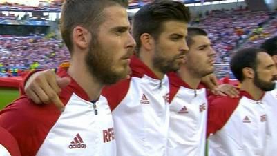 El gesto de Piqué durante el himno en uno de los partidos de España.