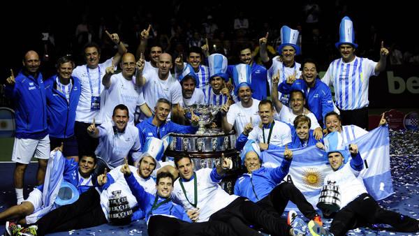 El equipo argentino festeja con la Davis. (Foto: Germán García Adrasti)