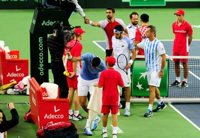 Orsanic le da aliento a Mayer, mientras Delpo empieza a irse y los croatas saborean la victoria. (Foto: Germán García Adrasti)