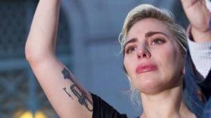 Lady Gaga, quebrada en un acto de repudio al atentado de Orlando.
