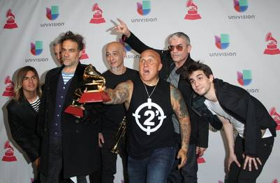 Los Fabulosos Cadillacs con sus premios por Mejor álbum de rock y Mejor canción de rock en la sala de prensa de los Premios Grammy Latinos (AFP / Tommaso Boddi)