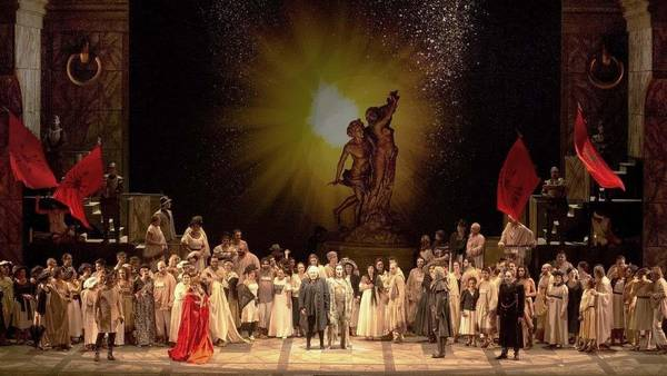 El exceso como norma. Zanetti optó por una escenografía recargada y redundante, sin tiempo definido. (Foto: Teatro Colón/Arnaldo Colombaroli)