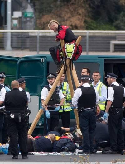 Activistas de Black Lives Matter se encadenaron en la pista de aterrizaje del aeropuerto London's City, obligando a desviar los vuelos. AFP