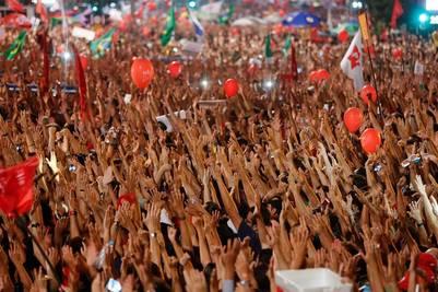 Brazos. Los manifestantes corearon consignas a favor de la mandataria y de Lula. /AP