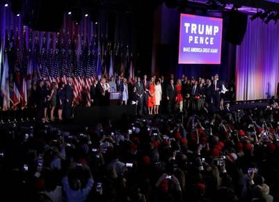EL ESCENARIO DEL TRIUNFO. Trump y su equipo de campaña celebran junto a sus seguidores la victoria. (AP)