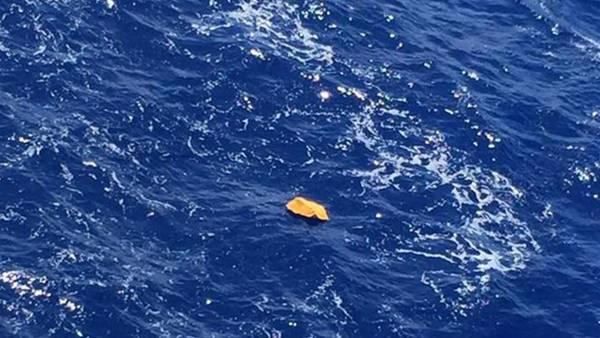 Los restos del avión estrellado EgyptAir fueron publicadas en Facebook por Tarek Wahba, el capitán de un buque involucrado en la búsqueda de restos el 19 de mayo .