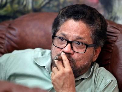 """El jefe negociador de las FARC, Luciano Marín alias """"Iván Marquez"""" fuma un puro cubano mientras se hacen públicos los resultados en Colombia. / EFE"""