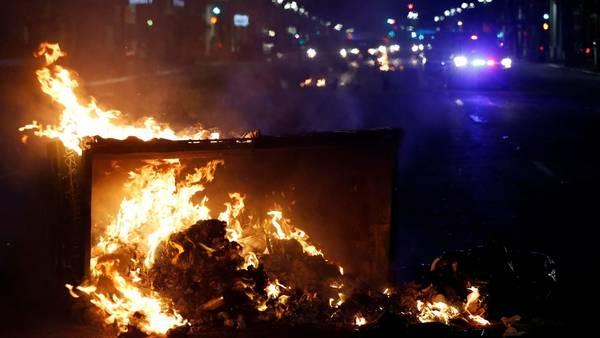 Oakland, frente a San Francisco, arde: protestas contra Trump   AP
