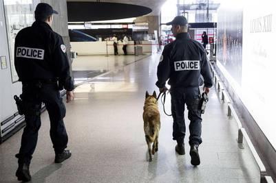 Policías franceses patrullan una terminal del aeropuerto parisino de Charles de Gaulle. / Bloomberg