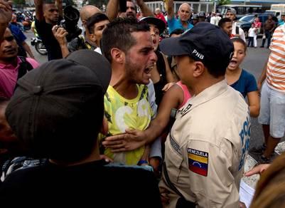 Las peleas se desatan con frecuencia en las colas por comida, en Caracas. / AP