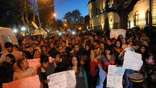 Una marcha en Zárate, en apoyo al carnicero cuando había quedado detenido tras matar a un ladrón. FOTO GUILLERMO RODRIGUEZ ADAMI