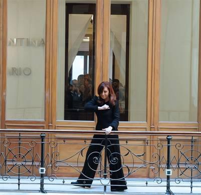 Cristina, exultante, en una acto en uno de los balcones internos en la Rosada (Presidencia)
