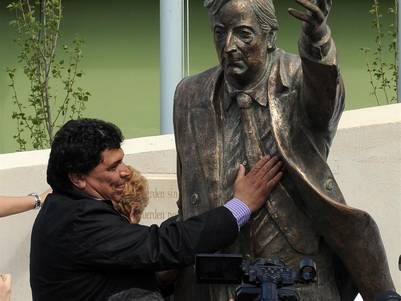 Rudy Ulloa junto a la estatua de bronce de Kirchner.