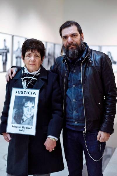 """Testimonio. """"Corvata"""" Corvalán, cantante de Carajo, con la mamá de Marisa y una foto que la recuerda."""