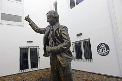 Otra de las estatuas en homenaje a Néstor. Foto David Fernández.