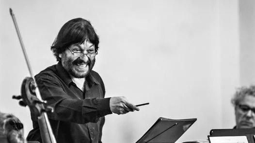 Director. Patricio Villarejo al frente de Kashmir Orquesta.