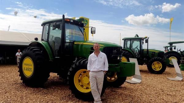 Fernán Zampiero, gerente comercial de John Deere, sobre uno de los tractores de la serie 6J, que comenzará a ser fabricado en la planta de Rosario.