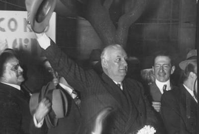 Alvear saludando al público, al regresar por tercera vez en cuatro años al país, en octubre de 1934 | AGN
