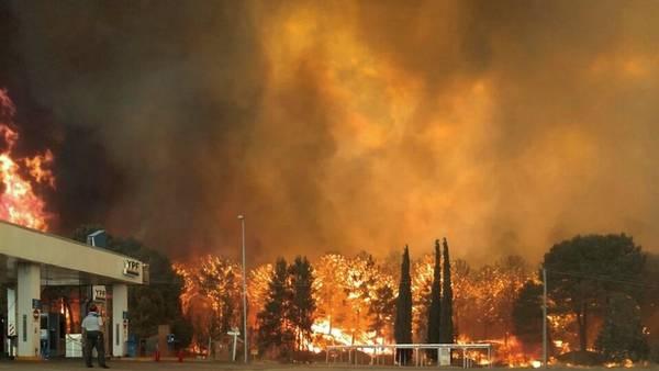 El momento más dramático. Las llamas llegaron a 15 metros de la estación de gas de YPF ubicada en la entrada a Valeria del Mar. Evacuaron a los vecinos y cortaron la ruta 11.